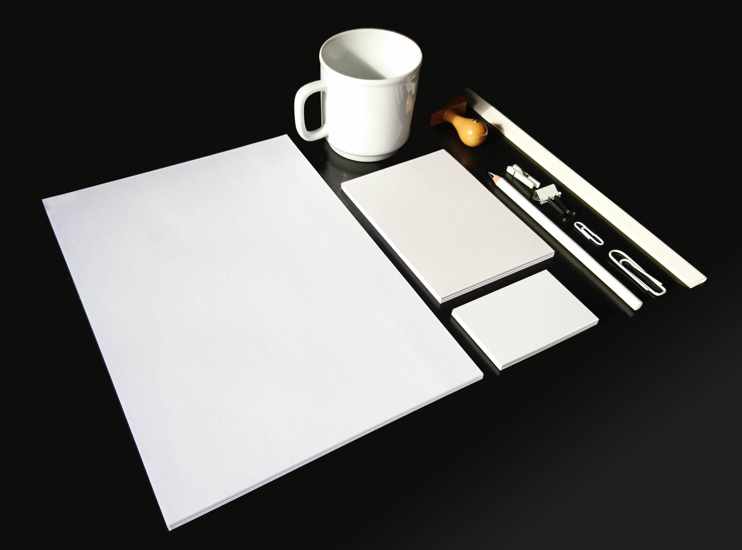 Zusammenstellung von Drucksachen wie man sie benoetigt, um ein Corporate Design, ein Firmenerscheinungsbild zu erstellen: Briefkopf, Briefpapier, Schreibblock, Visitenkarten, Stempel, Tassen, Stifte und Bueromaterial