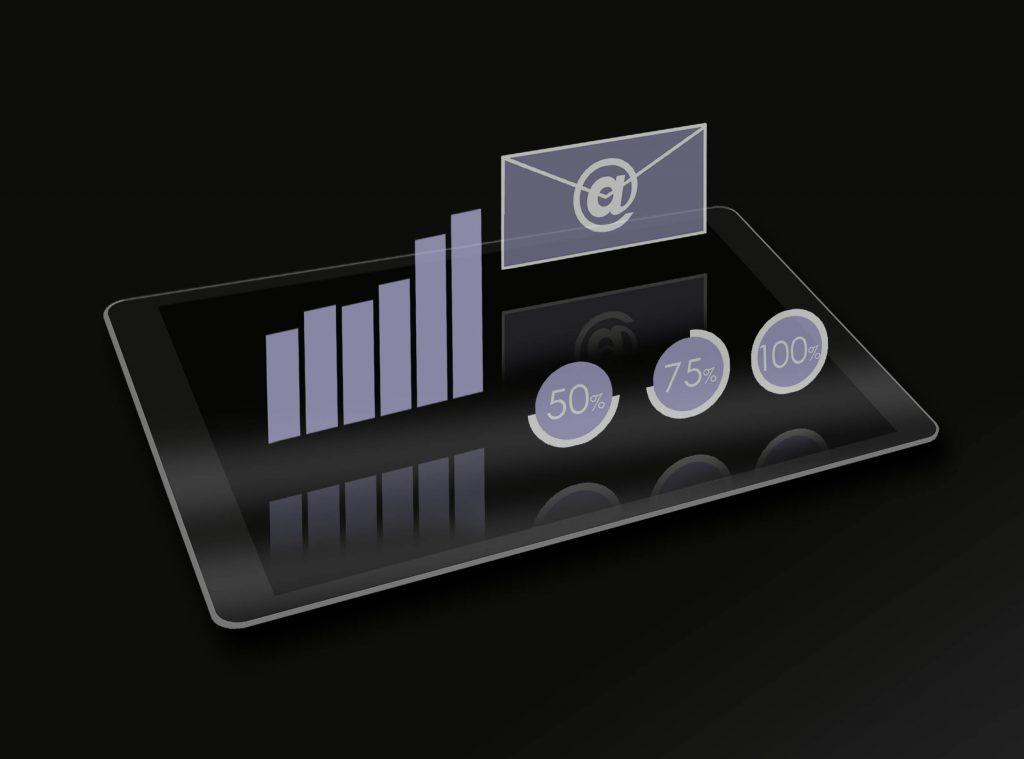 Auf einem Tablet Computer schweben transparente Symbole, stellvertretend fuer Webdesign, Website, Content Management System, CMS, Redaktionssystem, Intranet, Extranet, Newslettersysteme, Internetseiten, Online Shop, Programmierung, Online, E-Mail- und Suchmaschinenmarketing